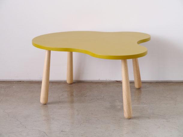 北欧風のイエローテーブル