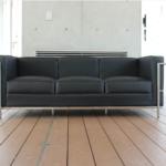 家具デザイナーの巨匠、コルビジェのソファ。ホワイトVSブラックあなたのオフィスに相応しいデザイナーズ家具を見つけよう。