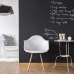 イームズなどのデザイナーズ家具に頼ってモデルルームを格上げする。スタイリッシュなテーブル&ソファ